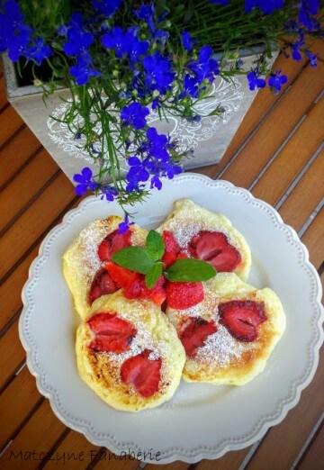 Jogurtowe placki z truskawkami