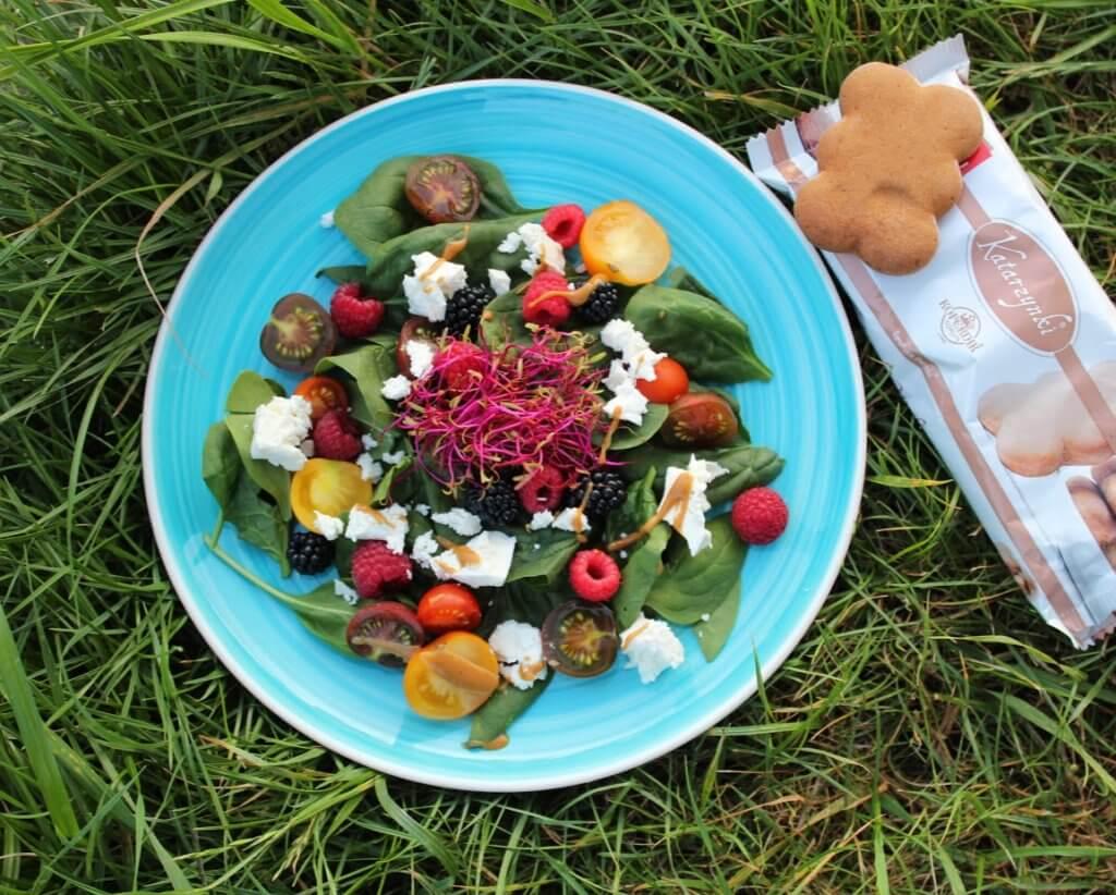 letnia sałatka z sosem piernikowym