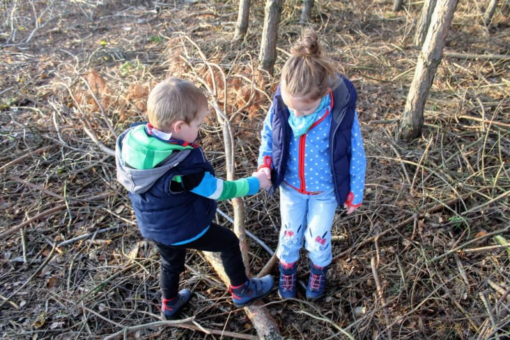 W co się bawić jesienią z dziećmi