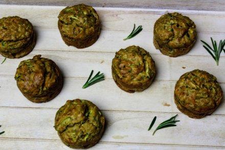 Muffiny z cukinią, rozmarynem i orzechami