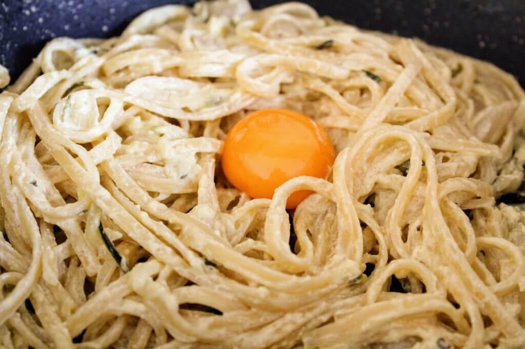 Makaron z sosem śmietanowym